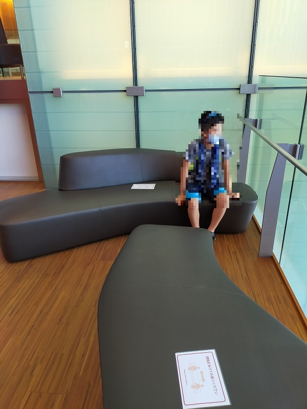 高崎芸術劇場の大劇場のトイレ近くの椅子